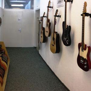 03_guitarcare_entrance_2