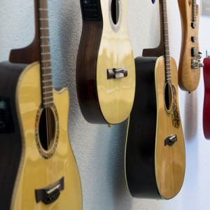 14_guitar_close_2