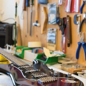 16_guitar_close_4