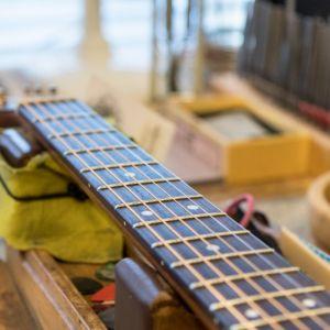 17_guitar_close_5